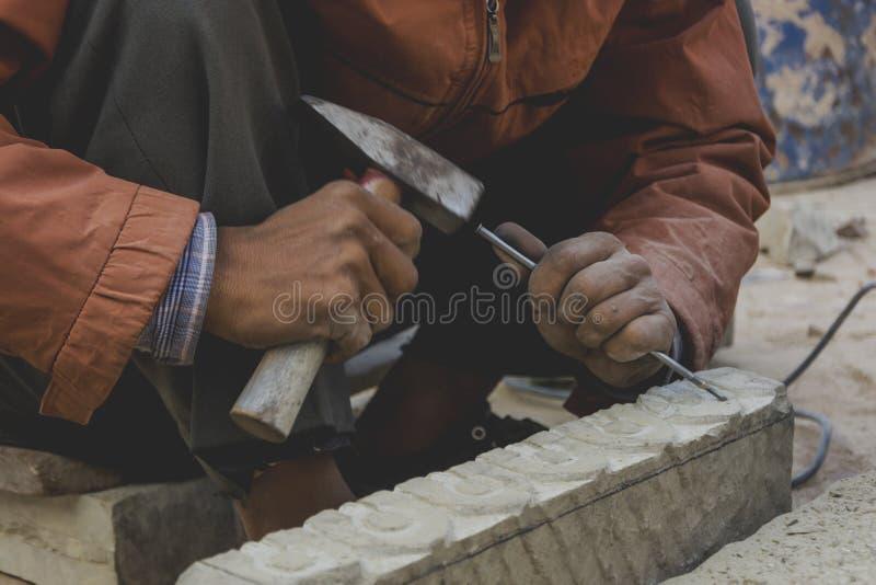 Criando a arte sclupting na pedra fotografia de stock royalty free