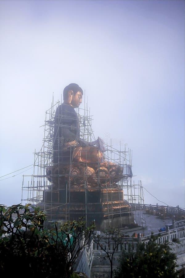 Criando uma imagem da Buda em um monte imagem de stock royalty free