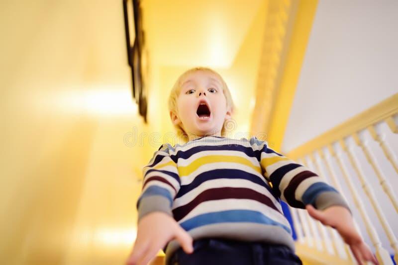 Criant dans l'effroi le petit garçon image libre de droits