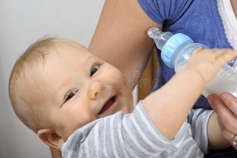 Crianza con biberón del bebé imágenes de archivo libres de regalías