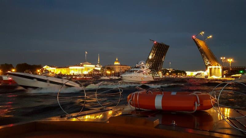 Crianza del puente del palacio en St Petersburg durante las noches blancas Visión desde Neva River al puente aumentado, al Minist imagenes de archivo
