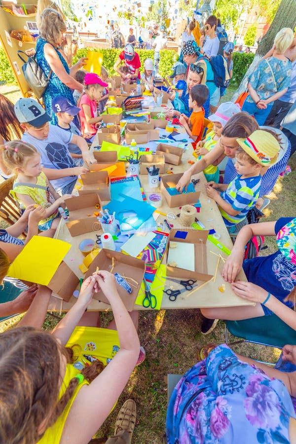 Criatividade das crianças Classes com filhos em modelagem imagem de stock royalty free