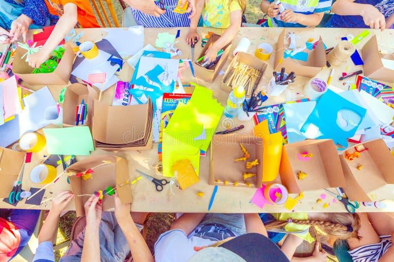 Criatividade das crianças Classes com filhos em modelagem fotos de stock