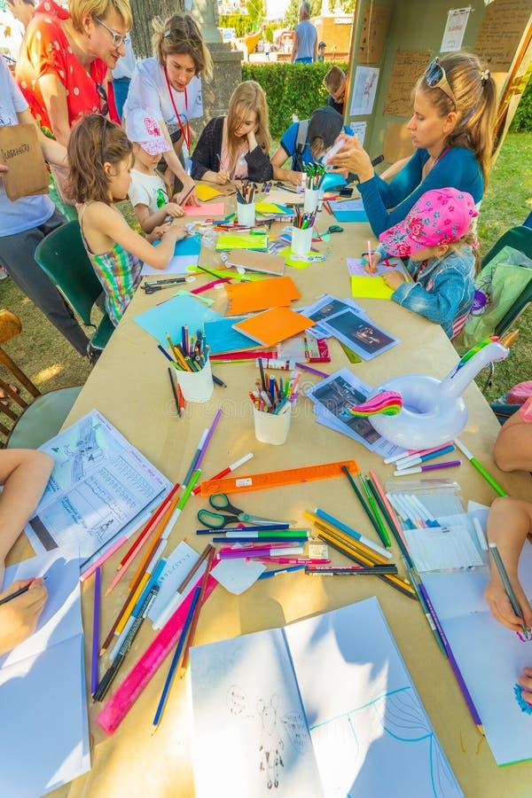 Criatividade das crianças Classes com filhos em modelagem fotografia de stock