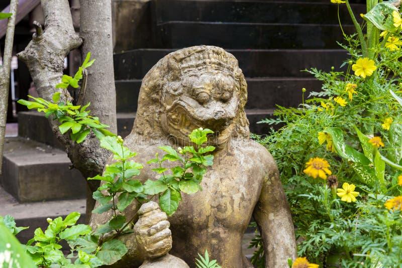 Criatura mítico na entrada ao templo budista Phra Palilai o território de Angkor cambodia Em março de 2019 fotografia de stock royalty free
