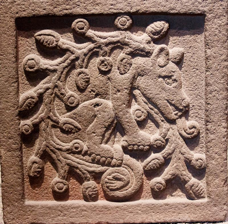 Criatura mitológica - detalhes de pedra no museu da antropologia em México imagens de stock