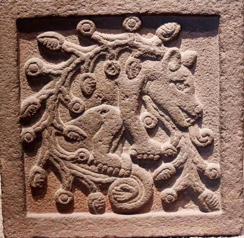 Criatura mitológica - detalles de piedra en el museo de la antropología en México imagenes de archivo