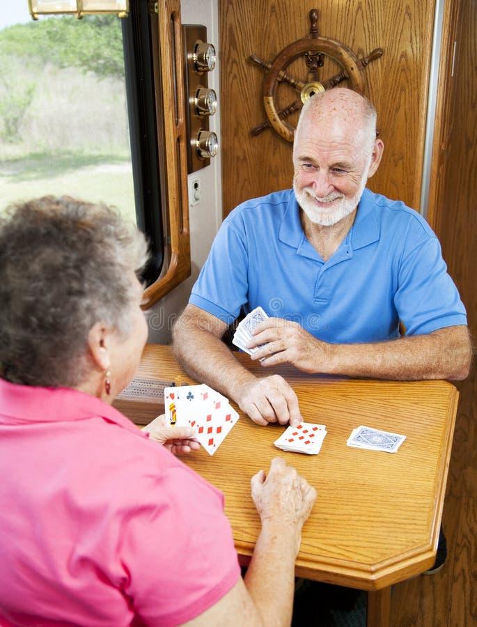 cribbage som leker rv-pensionärer arkivbilder