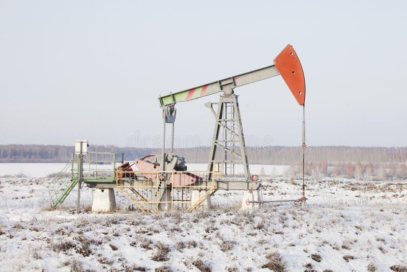 Cric de pompe de tour d'huile Bashkortostan, Russie L'hiver images stock