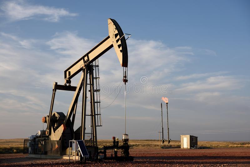 Cric de pompe de site de puits de production de pétrole brut et torchage de gaz naturelle dans le schiste de Niobrara photos libres de droits