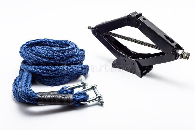 Cric manuel de voiture de ciseaux et corde de remorquage de voiture, d'isolement sur un fond blanc avec un chemin de coupage photo stock