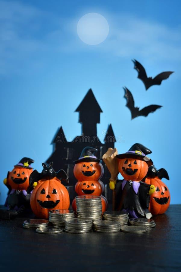 Cric-o-lanterne de potirons de Halloween sur le fond bleu-foncé photo libre de droits