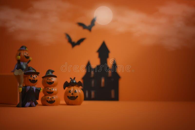 Cric-o-lanterne de potirons de Halloween sur le fond orange Veille de la toussaint heureuse photos stock