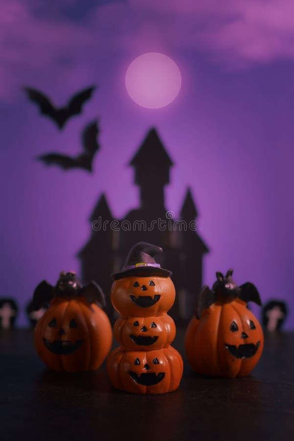 Cric-o-lanterne de potirons de Halloween sur le fond pourpre foncé images stock