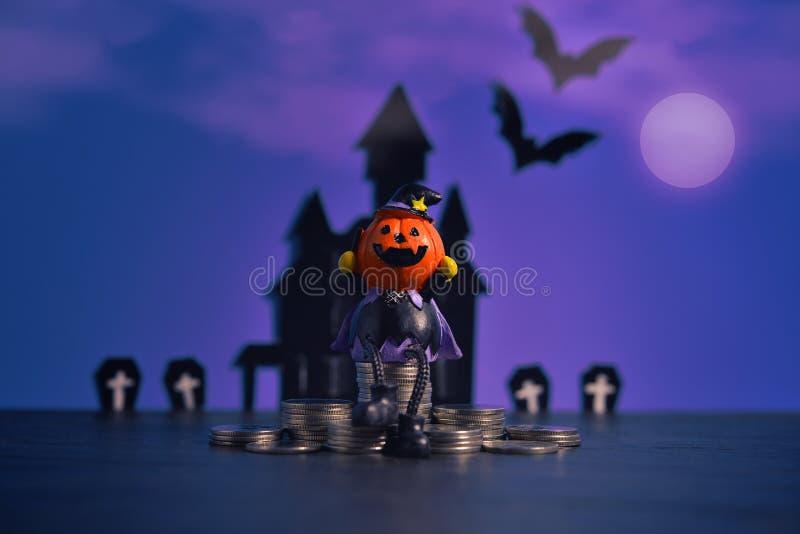 Cric-o-lanterne de potirons de Halloween sur le fond pourpre foncé image libre de droits