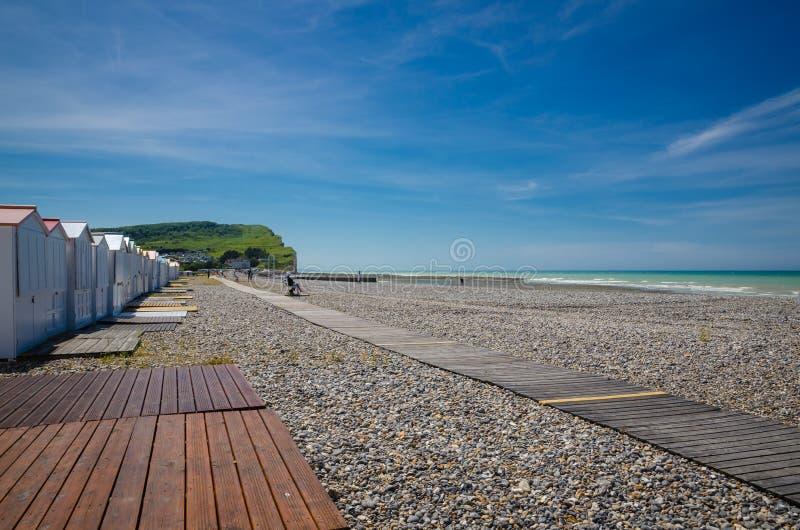 Criel sur Mer, Normandie, ?r ber?md f?r dess mycket h?ga vita klippor royaltyfria bilder