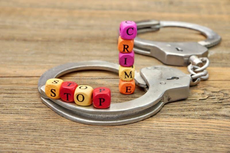 Crime et menottes d'arrêt de signe photo stock