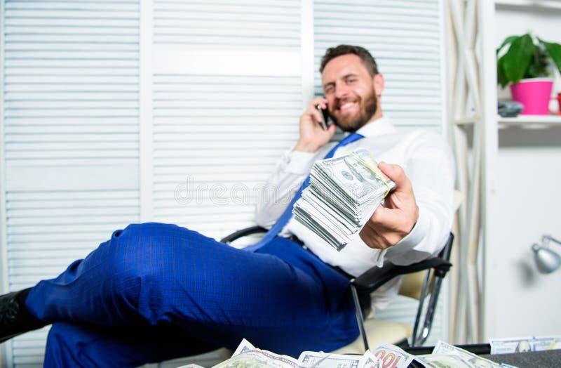 Crime financier de fraude L'homme gagnent l'argent sur la fraude mobile de conversation Extorsion de chantage et d'argent Bénéfic image stock