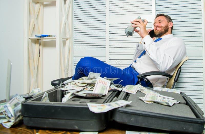 Crime financier de fraude L'homme gagnent l'argent sur la fraude mobile de conversation Extorsion de chantage et d'argent Bénéfic photos stock