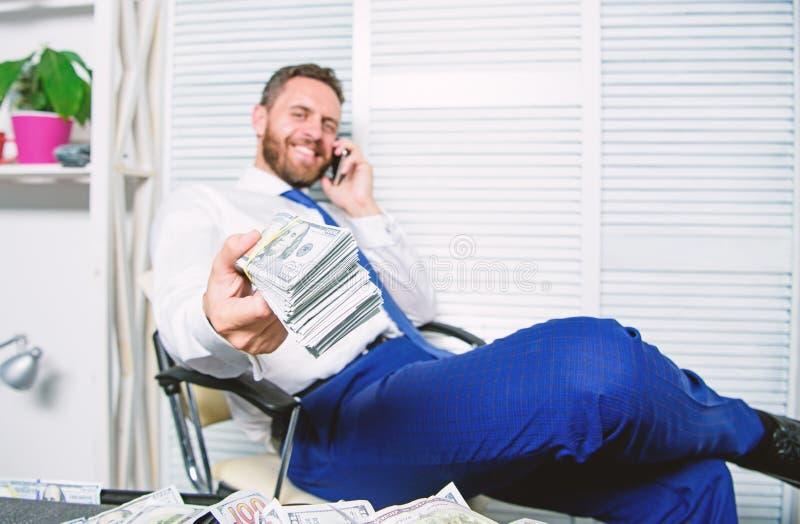 Crime financier de fraude L'homme gagnent l'argent sur la fraude mobile de conversation Extorsion de chantage et d'argent B?n?fic images libres de droits