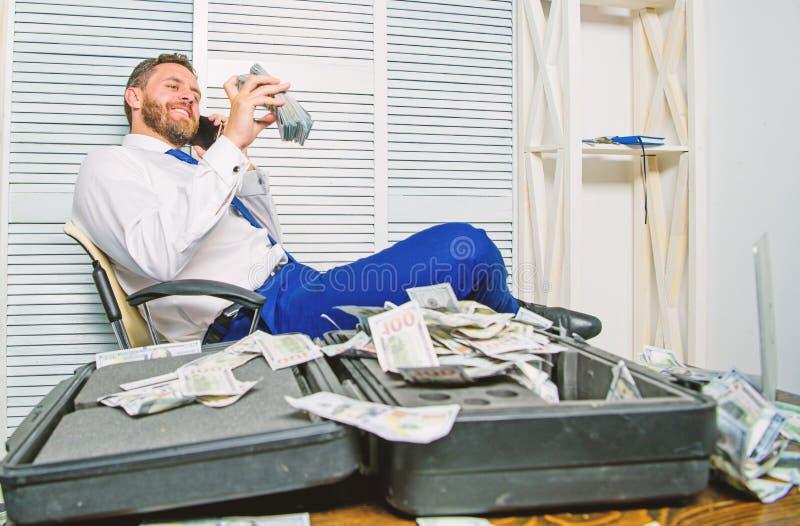 Crime financier de fraude L'homme gagnent l'argent sur la fraude mobile de conversation Extorsion de chantage et d'argent B?n?fic photos libres de droits