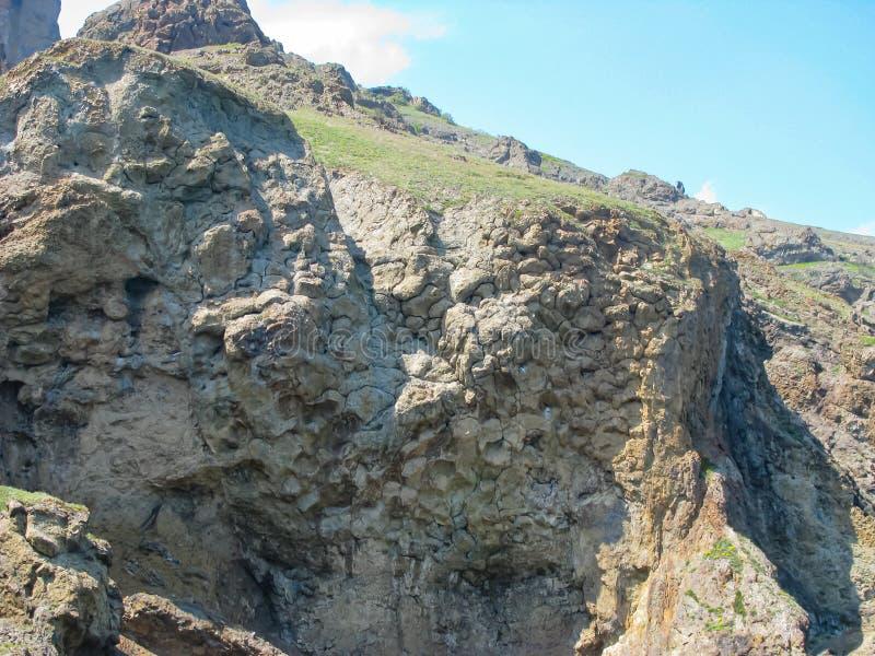 Crimea, escarpada costa rocosa, antiguos flujos de lava, patrón de piedra congelada foto de archivo libre de regalías