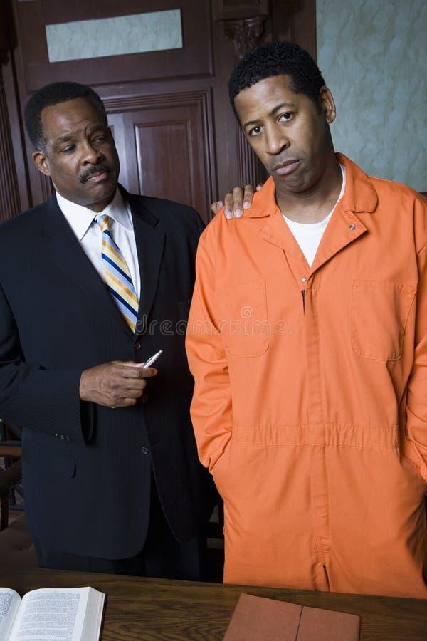 Criminal con el abogado In Court imagenes de archivo
