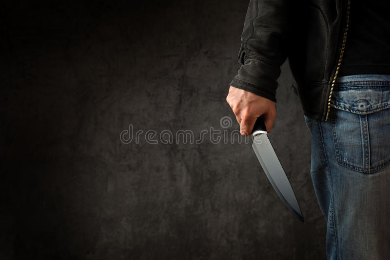 Criminal con el cuchillo afilado grande imagen de archivo
