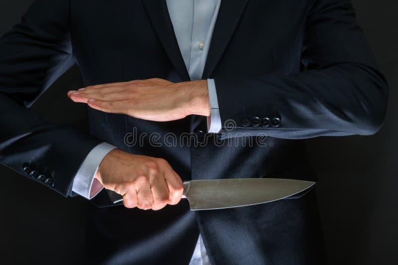 Criminal con el cuchillo grande ocultado Arma fría, robo, homicidio, imágenes de archivo libres de regalías