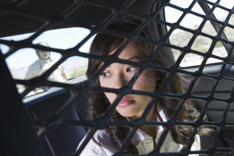 Criminale femminile in volante della polizia fotografie stock libere da diritti