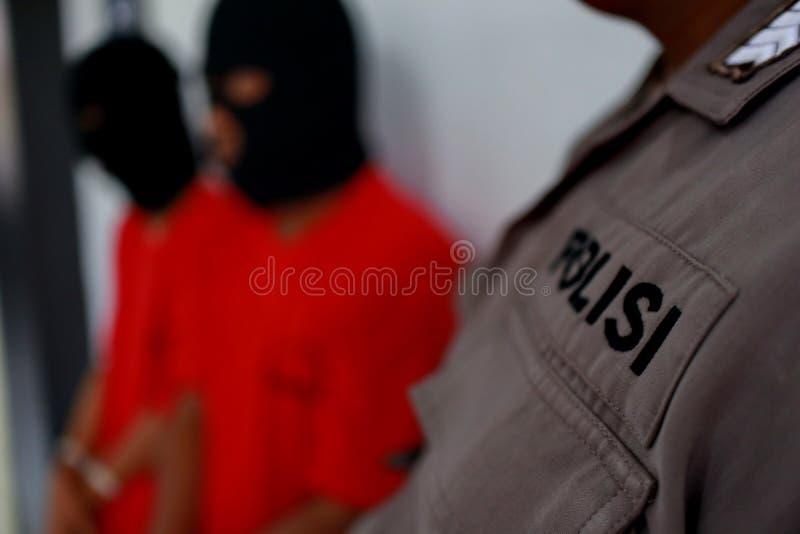 Criminali di cui le mani sono ammanettate, immagine stock libera da diritti