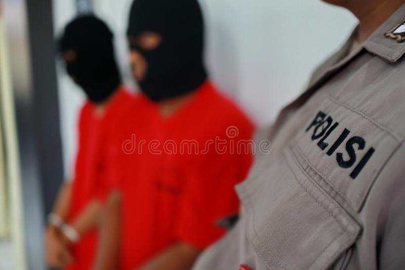 Criminali di cui le mani sono ammanettate, fotografie stock