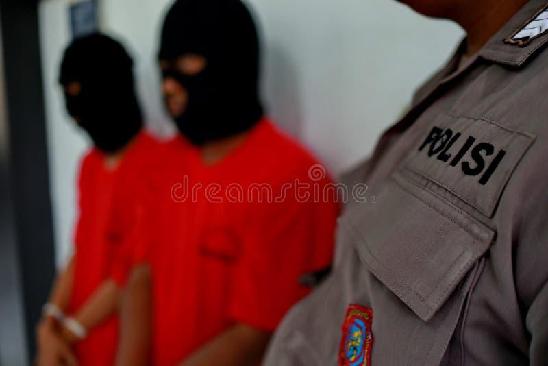 Criminali di cui le mani sono ammanettate, immagini stock libere da diritti