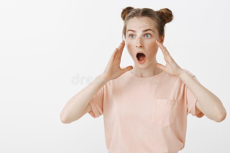 Crimine di testimonianza della donna che grida per chiedere aiuto Ritratto dell'amica nervosa sgomento in attrezzatura alla moda, fotografia stock