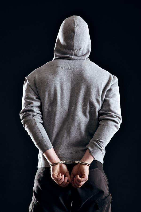 Criminel arrêté dans des menottes image stock