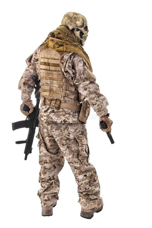 Criminel méconnaissable avec le pistolet et le fusil photo libre de droits