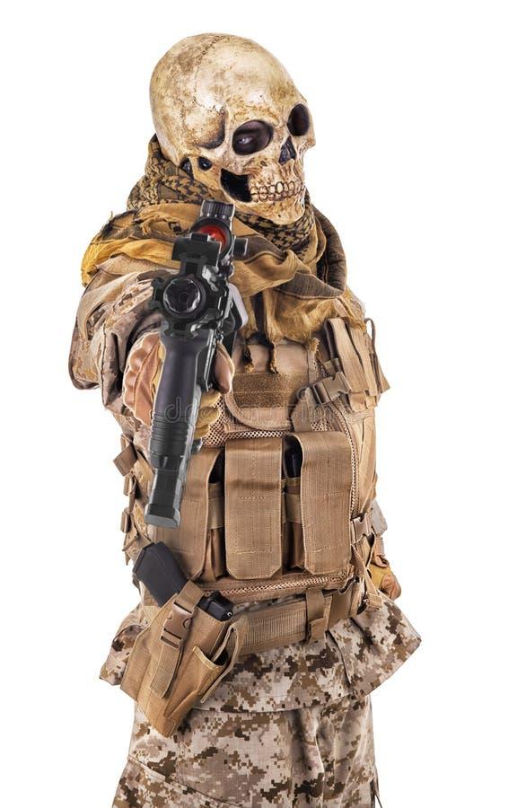 Criminel méconnaissable dirigeant un fusil photographie stock libre de droits