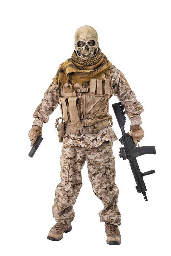 Criminel méconnaissable tenant un fusil photo libre de droits