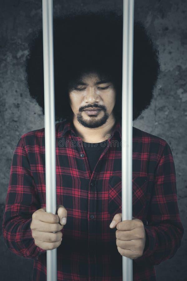 Criminel masculin attrapé et dans la prison photos stock