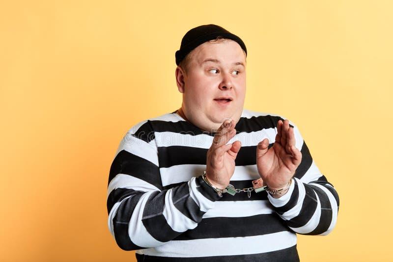 Criminoso gordo que pede para ajudá-lo fotos de stock royalty free