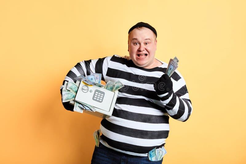 Criminoso positivo de sorriso que faz o inchaço do dinheiro fotos de stock