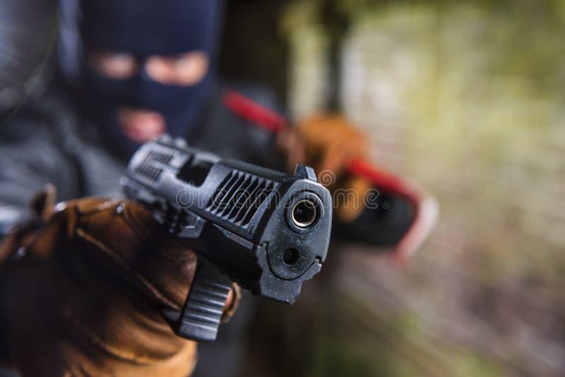 Criminoso que poiting uma arma foto de stock royalty free