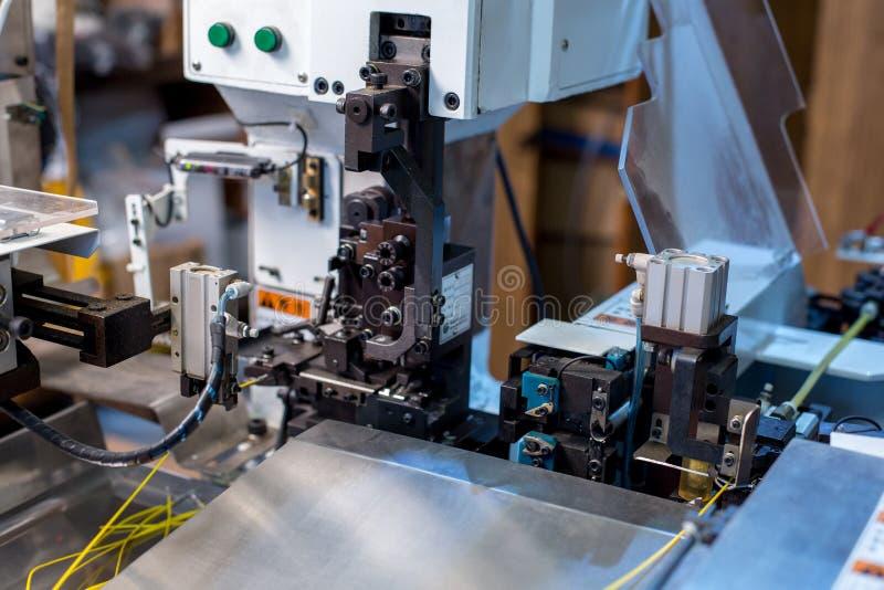 Crimp καλωδίων Εικόνα της σύγχρονης μηχανής στο εργαστήριο στοκ φωτογραφία