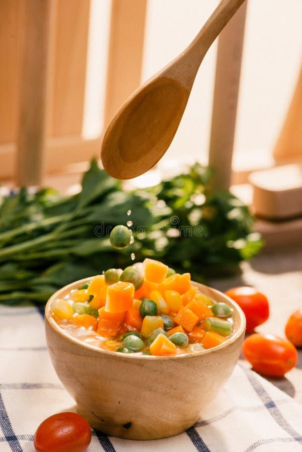 Ковш испаренный свежо сжал молодые овощи включая отрезок crinkle отрезал морковей, горохи и картошку для здорового стоковая фотография rf