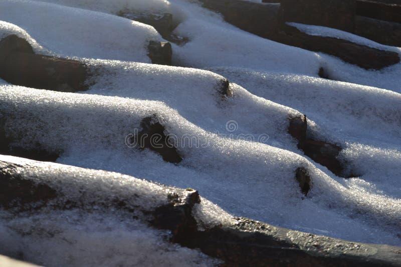 Criou artificialmente a neve pela ação de congelação ultrassônica escondida no material do telhado fotografia de stock royalty free