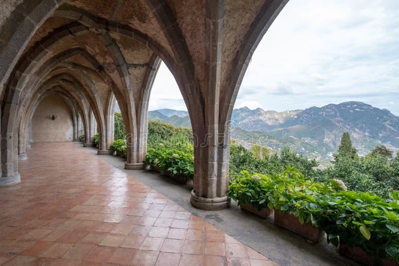 Cripta gótica del estilo con la vista de las montañas, en los jardines del chalet Cimbrone, Ravello en la costa de Amalfi en Ital imágenes de archivo libres de regalías