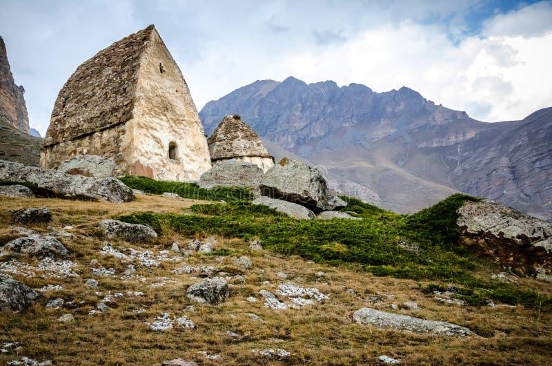 Cripta vieja dos en la montaña en la garganta de Chegem foto de archivo