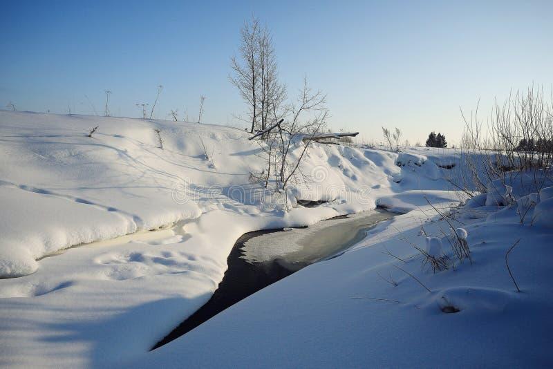 Crique avec de l'eau la neige et l'eau glacée photos stock