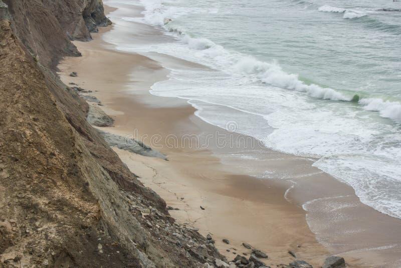 Crique de Sandy sur la plage d'Almagreira dans la côte occidentale portugaise centrale, dans Peniche photographie stock