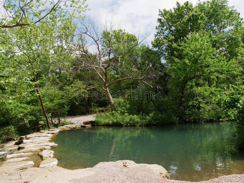 Crique de travertin, aire de loisirs nationale de Chickasaw en soufre, l'Oklahoma photographie stock